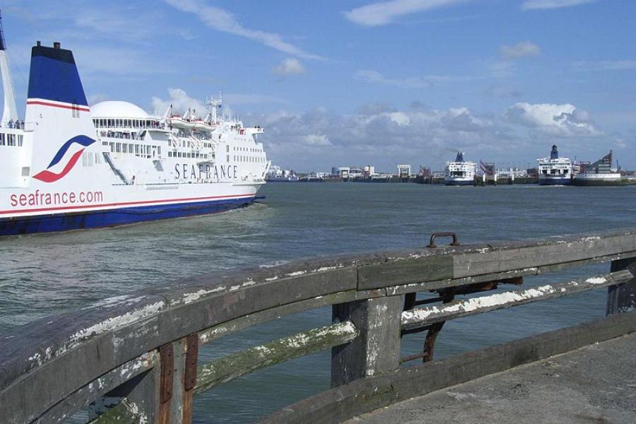 Zamknięte parkingi przy drogach dojazdowych do portu w Calais