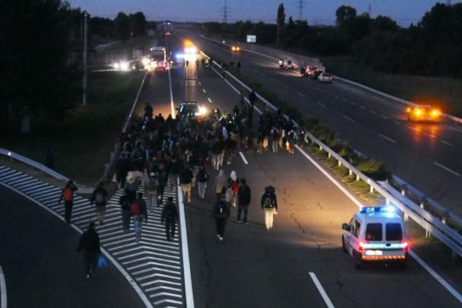Imigranci na węgierskiej autostradzie
