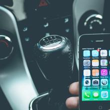 Korzystanie z telefonu komórkowego podczas jazdy – europejskie przepisy